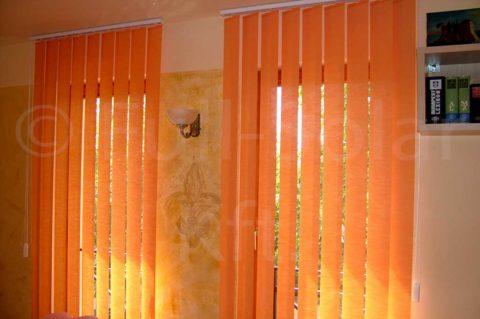 Narancssárga színű szalagfüggöny
